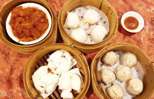 (左上から時計回りで) 1.Beef Tendon 2.Har Gows  3.Xiao Long Bao 4.BBQ Pork Bun