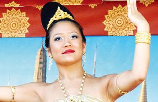 特設ステージではタイの伝統舞踊なども見られる
