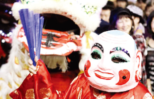 伝統的な民謡舞踏も披露される
