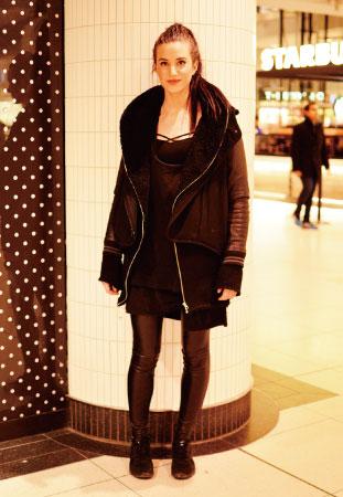 Meghan/Eyebrow Specialist 全体を黒でまとめたシックなスタイル。 チャックがポイントのコートがカッコいい!