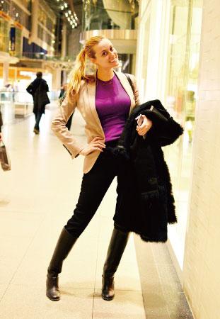 Alisa/Financial Consultant ロングブーツとジャケットでカッコいい大人の女性を演出。 インナーのビビッドピンクがアクセントに。
