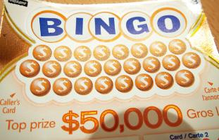 1. 上部の$マークをスクラッチして出てきた数字を下にある4つのビンゴでチェックして、あったらスクラッチしていく。