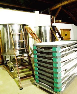 """大きなタンクに酒母と水、麹、蒸米を入れて約20~30日間かけてアルコール発酵をすすめていく""""醪(もろみ)""""造り"""