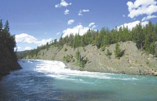夏にはウォーターアクティビティーも楽しめるボウ滝