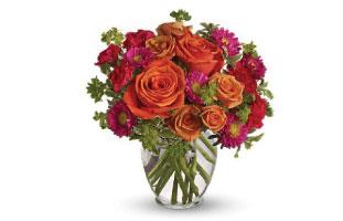 いつも笑顔でいてほしい お母さんにはスマイルのイラストがかわいいマグの花束を。Teleflora's Be Happy Bouquet with Roses $49.95