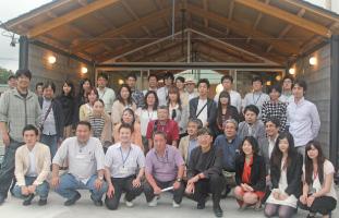 グッドデザイン賞を受賞した「みんなの家・かだって」の前で。 建築家伊東豊雄氏の設計(前列中央右)