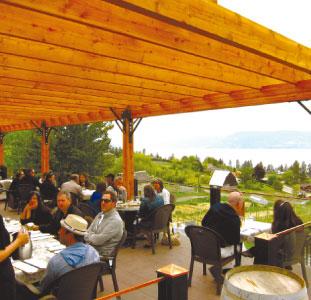 オカナガン湖を望むSunset Organic Bistroのパティオ