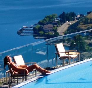 眺めの良い屋外温水プール