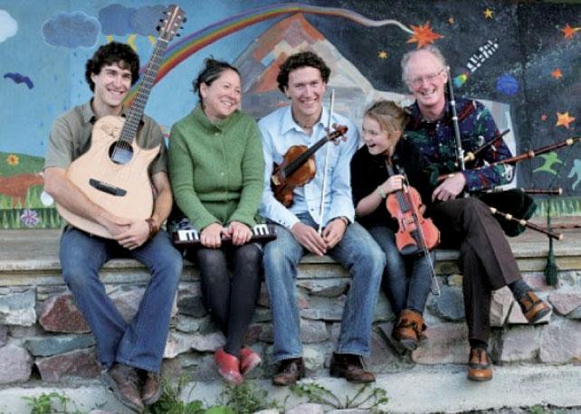 主催者でツアーを行うフォークミュージシャンでもあるJulieさんとPatさん一家。息子さんはギター職人として日本の雑誌から取材を受けたこともある