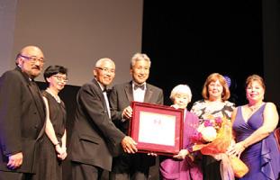 バースデーソングの後に桜アワードと花束を受け取ったJoy Kogawa氏(右から3番目)