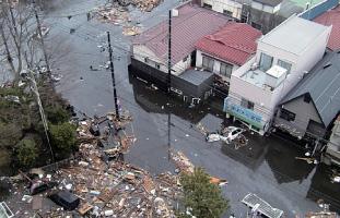 3.11当日。押し寄せた津波はようやく止まったが、街は瓦礫の海と化した。