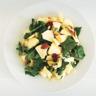 材料: りんご(皮つき)、スピナッチ、松の実、くるみ、アーモンド、ドライクランベリー