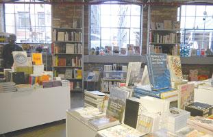 クリエイティビティーを刺激するアイデア満載の本。デザインヒストリーにも触れる事ができる本も多数そろえてある。
