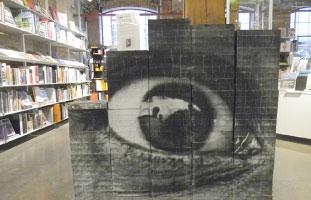 """アーティスト """"JR"""" が手がけた本。力強い目が見る人にインパクトを与えるような作品に仕上がっている。"""