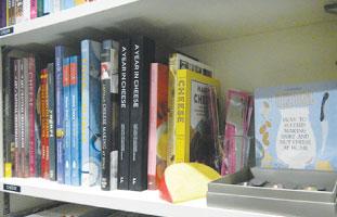 本棚にはクリエイティブなクッキングブックがぎっしり!ワクワクするような料理がたくさん掲載されている。