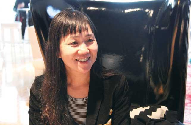 ▲ハーバーフロント・センターの朗読会の後、 気さくにインタビューに応えてくれた角田さん