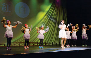 子供達のバックダンサーと共に会場を沸かせた内藤洋子さん「夏の扉」 ©大橋デーブ