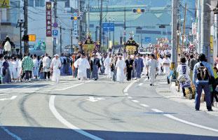 2011年10月。瓦礫と化した建物の間で祭りが開催されました。