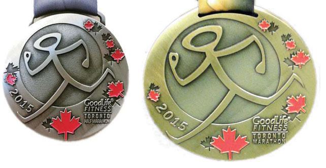 特大サイズで有名なフルマラソン完走記念 メダル(右)とハーフマラソン完走記念メダル(左)