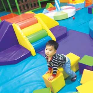 寒い日は息子を連れてIndoor Playgroundへ。調べてみると色々なエリアに色々な施設があるんですね。