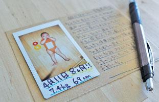 通常の写真サイズの台紙にチェキを貼り、 余白に詳しい育児日記を書き込もう。私は月に一回ざっくりした成長を書き込んでいます。