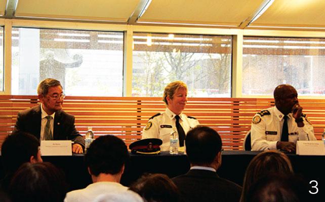 3.壇上で質問に答えるトロント市警マーク・サンダース警視総監(右)