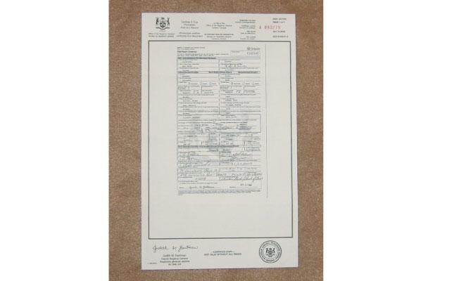 ▲オンタリオ州の婚姻証明書類。旧姓しか書く欄はない。日本の戸籍にあたるものがなく、出生、婚姻、離婚、死亡証明書がそれぞれ別に発行される。