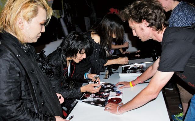 ライブ後にはVIPイベントとしてサイン会が行われた