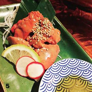5鶏レバの刺身。生では抵抗ある方も多いかと思い、60度の低温で火入れをしました。日本人のお客様には大人気