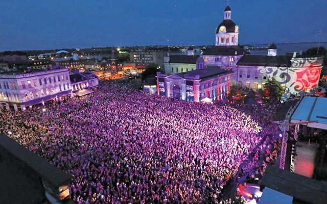 キングストンの中央広場で大勢がライブ中継を鑑賞