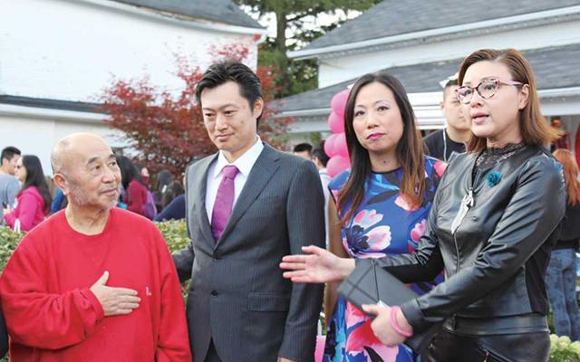 溝上徹思会長の挨拶を中国語に訳し、地元客に感謝を伝えるYan Liu夫人