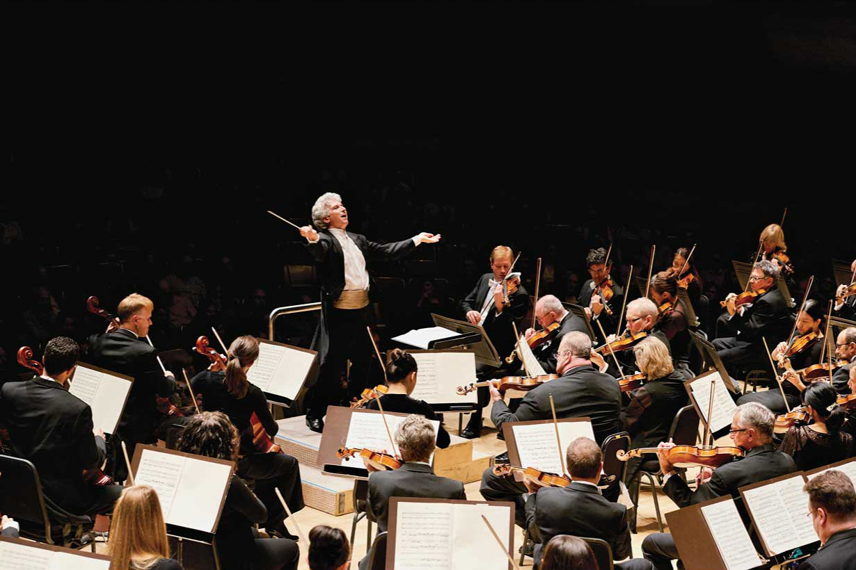 Peter Oundjian conducts the TSO (Malcolm Cook photo)