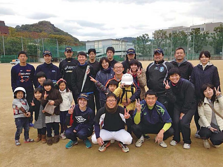 勤務している松山高校の教師ソフトボールチームメンバーと一緒に
