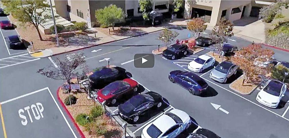 今や自動走行で空きスペースを見つけ縦列駐車も可能という