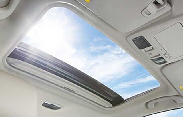 ☑︎大型サンルーフでドライブしながら自然光も満喫できる(特定グレードに装備)