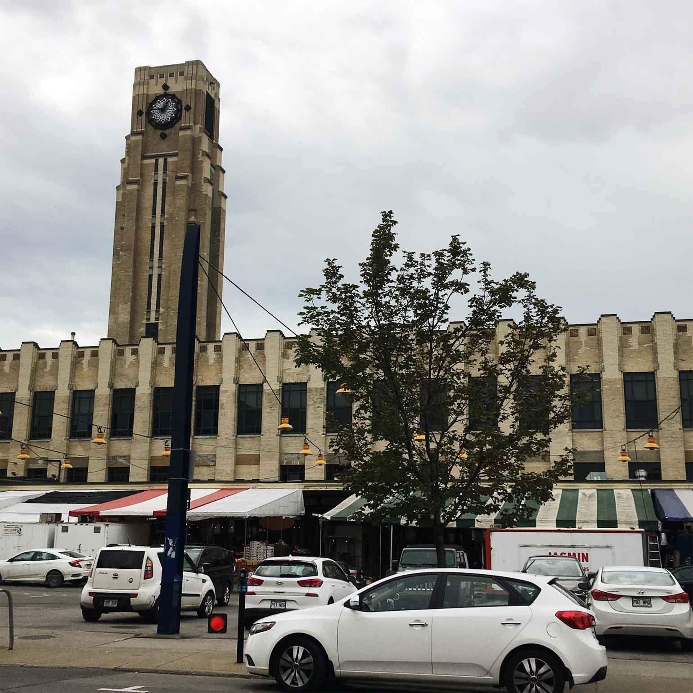 メトロのLionel-Groulx駅から徒歩5分ほどで到着する立地の良さ! レトロなアートデコ様式の建物を目印に歩いていきます。