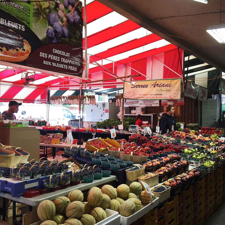 市場には地元で採れた新鮮な野菜や果物、ケーキやチーズなどが並び目移りしてしまいます。ベーカリーの近くは焼きたてパンのいい香りが漂っていました。