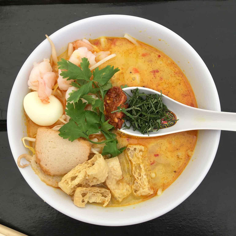 ココナッツミルクのまろやかさとエビの旨味がぎゅっと凝縮されたスープがたまりません!