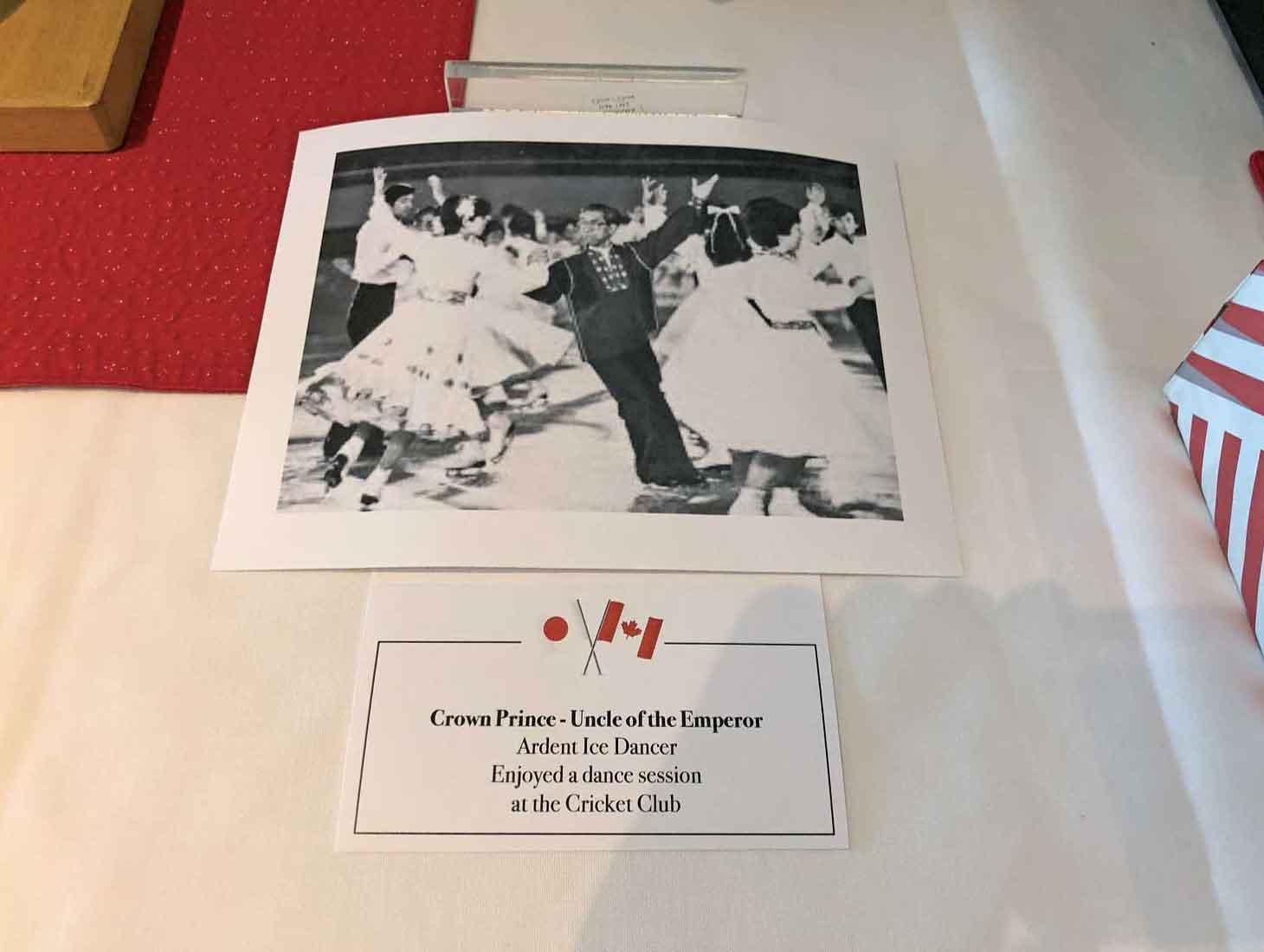 (仮キャプション)1980年代に同クラブを訪問され、会員とアイスダンスをされる故三笠宮崇仁親王殿下の写真