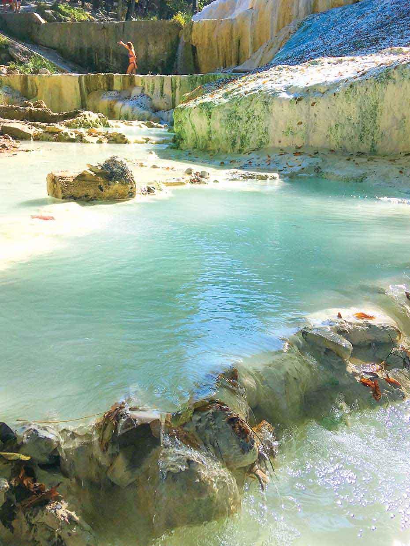 バーニ・サン・フィリポの白いお湯の滝