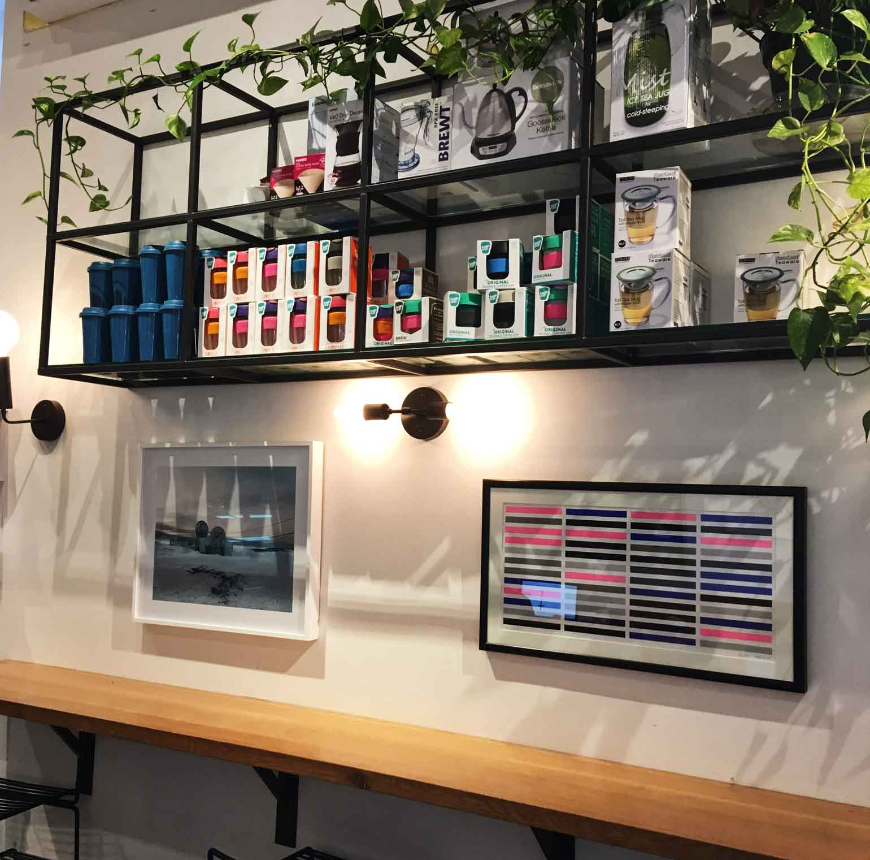 店内の壁にはアートがたくさん!席はテーブルとカウンターがあり、Wi-Fiとコンセントもバッチリありました。
