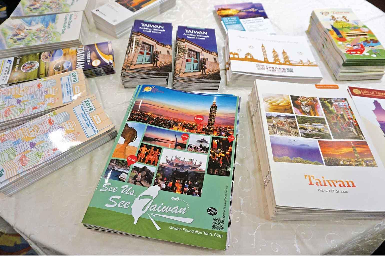 台湾の観光情報が掲載された各種パンフレットが並んだ