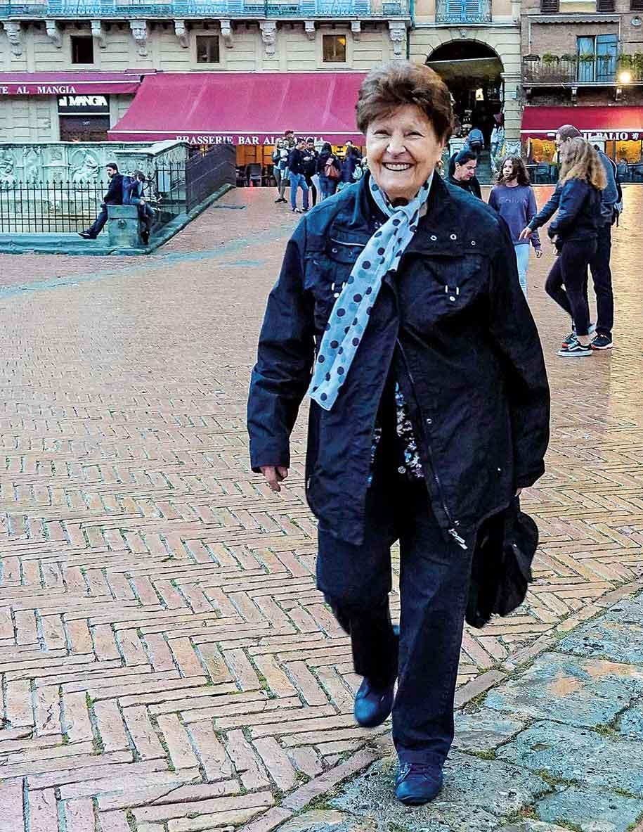 カンポ広場を歩くマリナさん