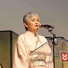 新年の挨拶を述べるべく登壇した伊藤恭子総領事