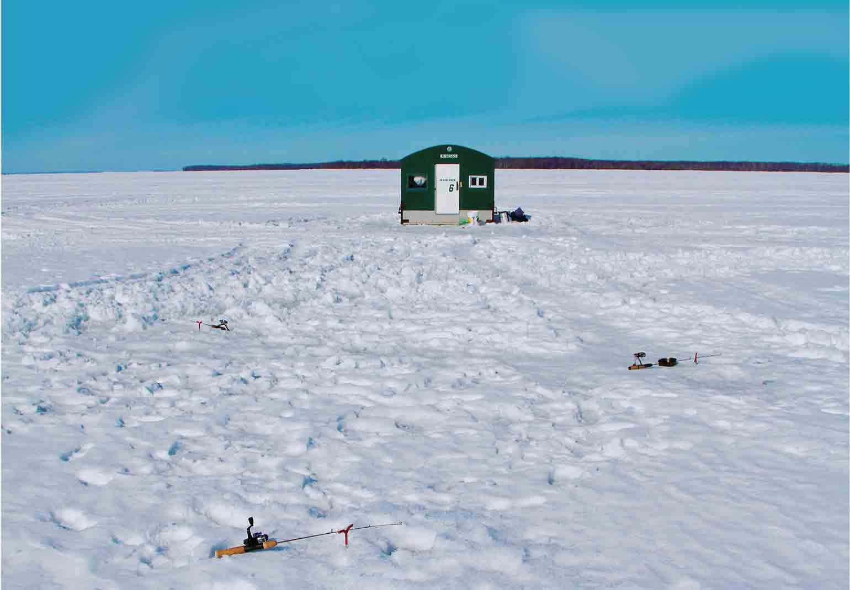 大氷原の上にぽつんと、アイスフィッシングの釣り小屋