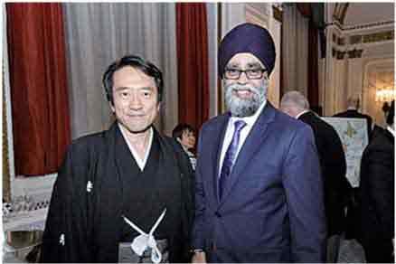 ハルジット・サージャン国防大臣(右)
