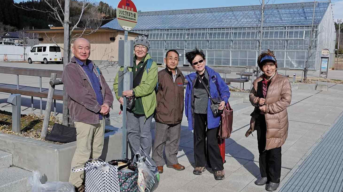 飯舘村の道の駅で福島駅行きのバスを 待つ調査チーム