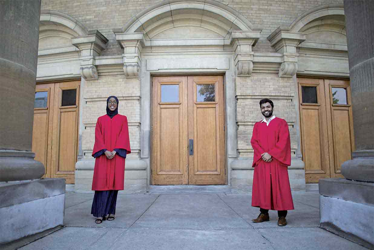 Convocation Hall前での Habon Aliさん(左)とKramay Patelさん(右)
