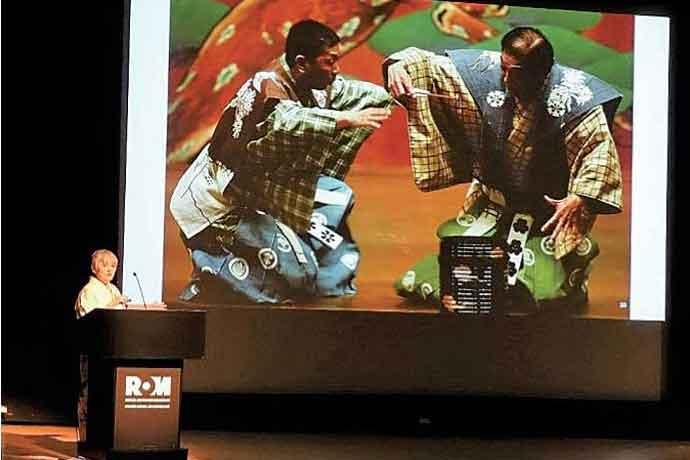王立オンタリオ博物館で狂言の解説(写真: 総領事館)