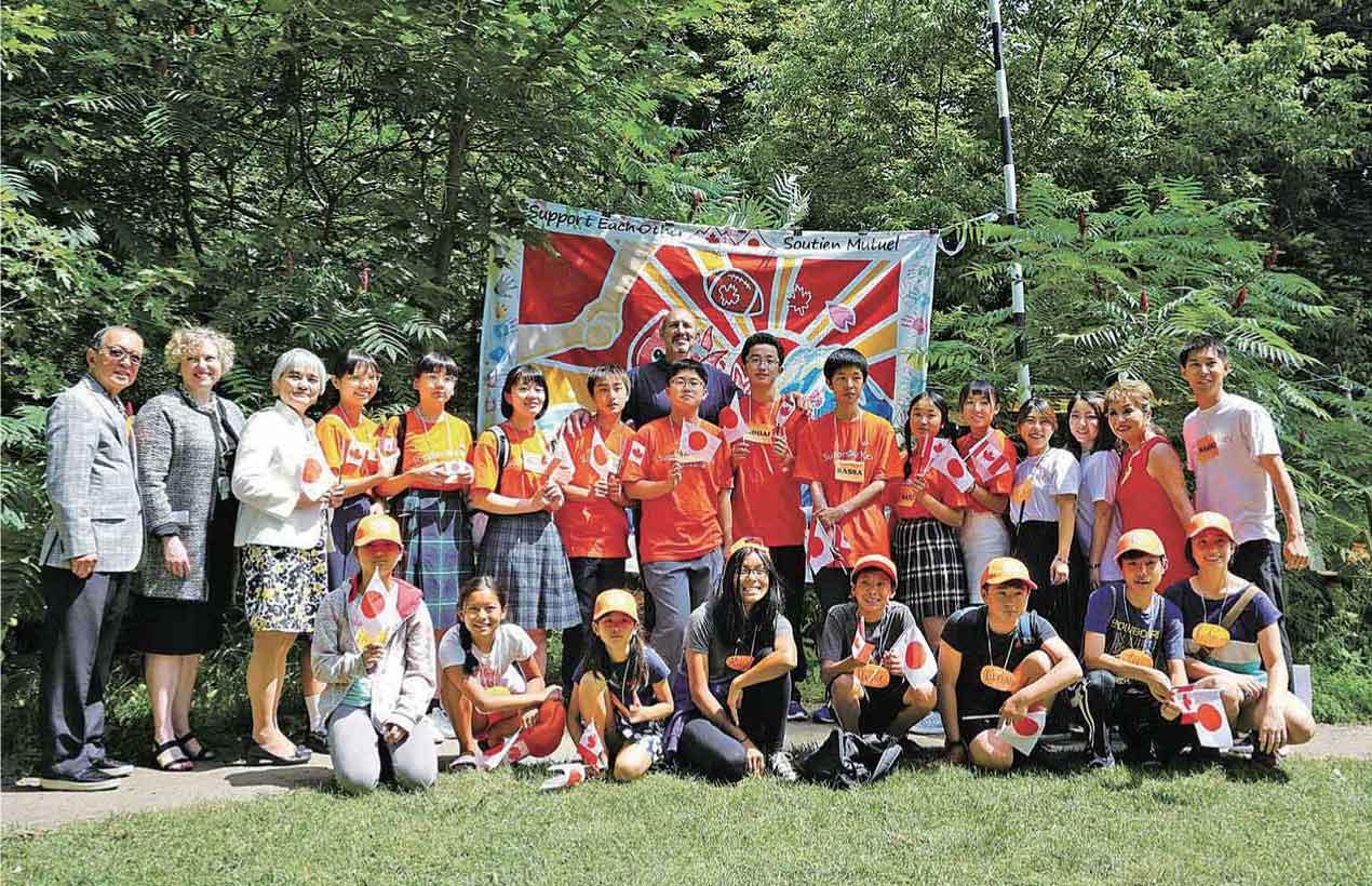 トロントを訪れた東北地方の中高生9名がホーランド・ブロアビュー・キッズ・リハビリテーション病院を訪問、病院の子どもたちとともに制作した大漁旗の贈呈式